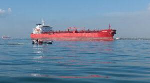File:Oil tanker crossing the bridge over Lake Maracaibo.jpg