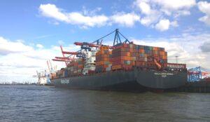 hapag-lloyd_container_shipping_kuala_lumpur_express_in_hamburg_at_the_burchardkai_terminal_in_june_2015